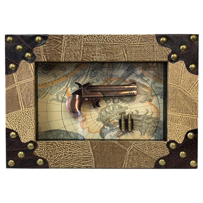 Декоративна картина с пистолет